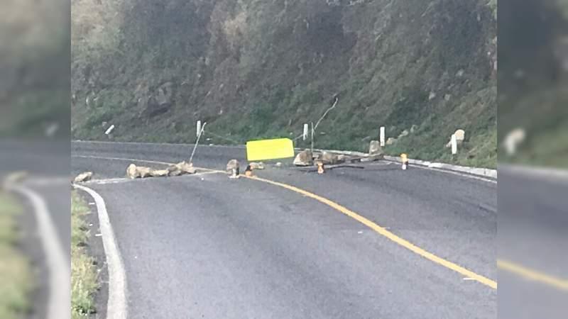 Se mantienen bloqueos en la carretera Uruapan-Pátzcuaro
