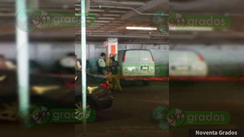 Hallan a hombre muerto en Plaza Fiesta Camelinas en Morelia