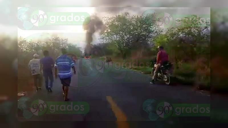 Habitantes de Aquila queman camioneta en la carretera Lázaro Cárdenas – Coahuayana