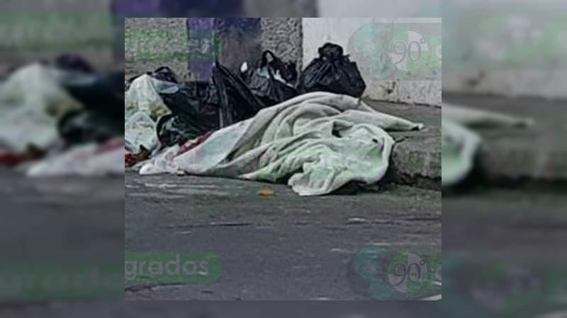 Abandonan cadáver envuelto en sábana y narcomensaje en Zamora, Michoacán