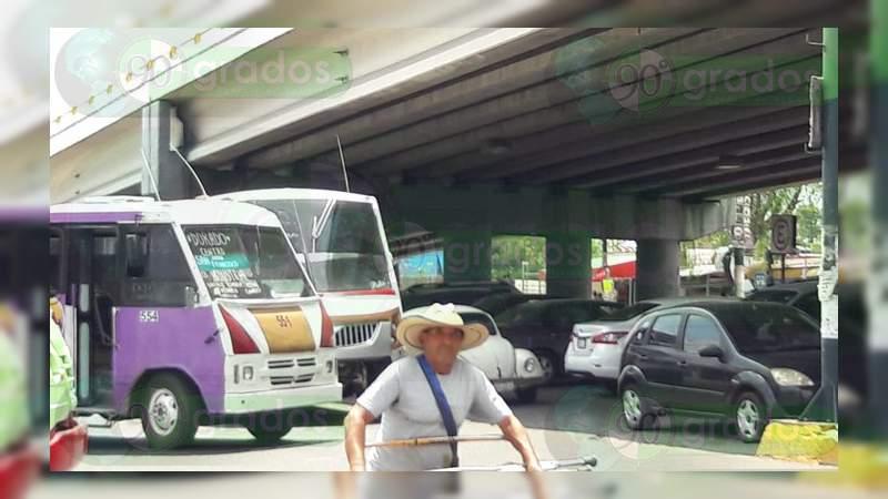 Por agresión de policías municipales a chofer, transportistas bloquean la avenida Madero, en Morelia
