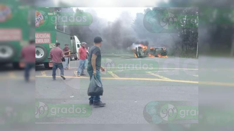 Habitantes de Capacuaro incendian camioneta tras balacera en la que murieron dos comuneros