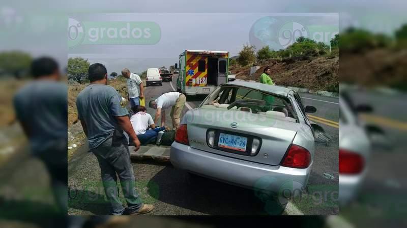 Volcadura en la Autopista Siglo XXI deja tres heridos