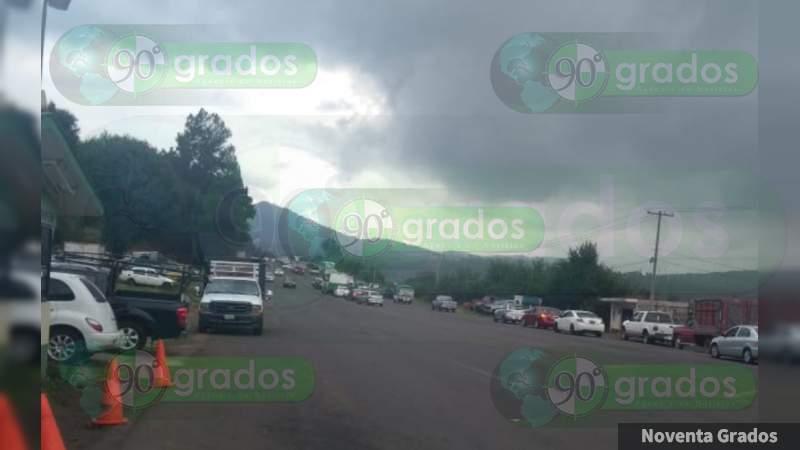 Comuneros bloquean carretera Pátzcuaro - Tacámbaro, Michoacán