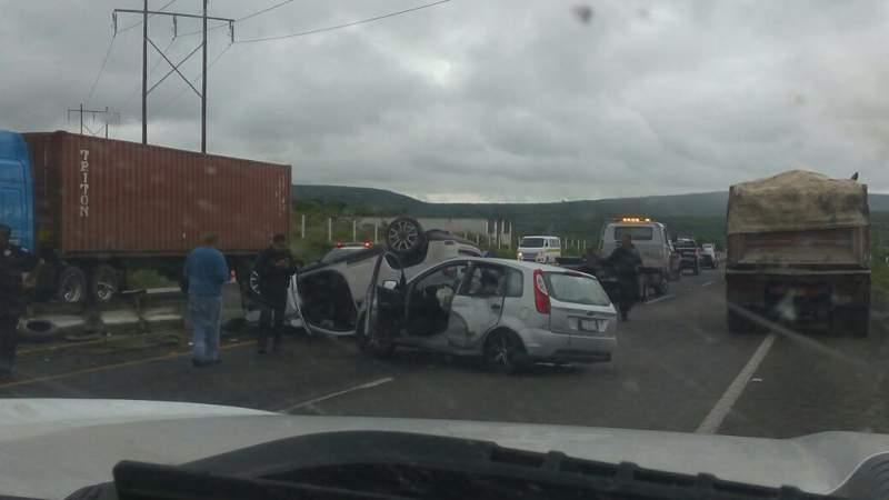 Se registra choque-volcadura en la Morelia-Salamanca