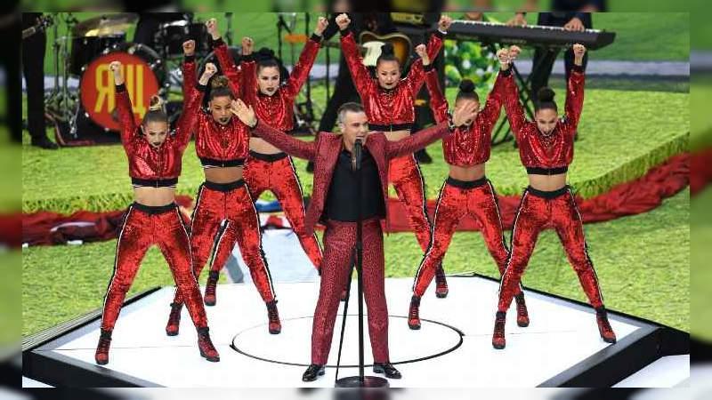 Robbie Williams realiza seña obscena en la inauguración del Mundial
