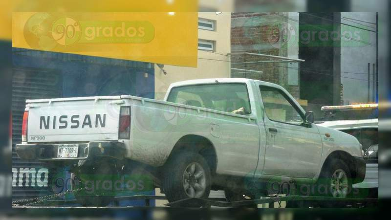 Localizan un cadáver baleado dentro de camioneta en Apatzingán