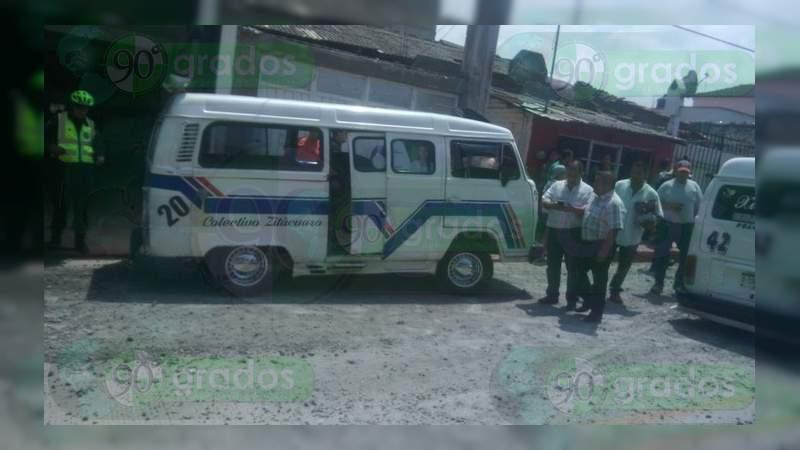 Combi choca contra casa y vuelca en Zitácuaro; hay tres lesionados