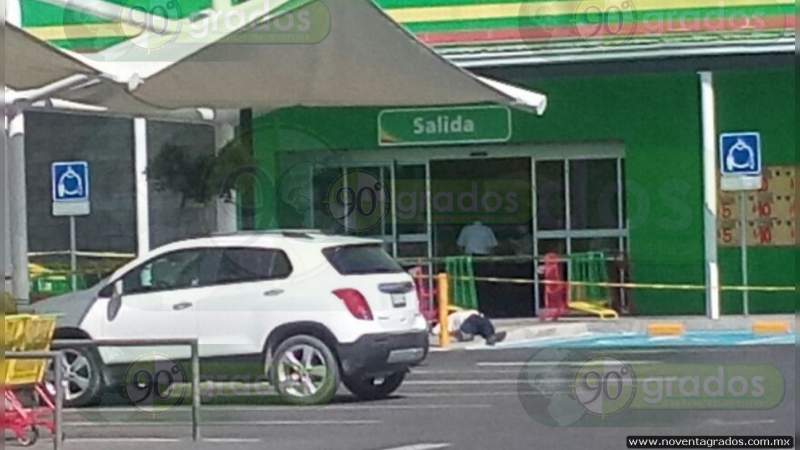 Mata a su esposa a puñaladas en centro comercial de León, Guanajuato