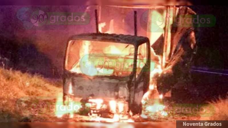 Roban y queman vehículo en Morelia, Michoacán
