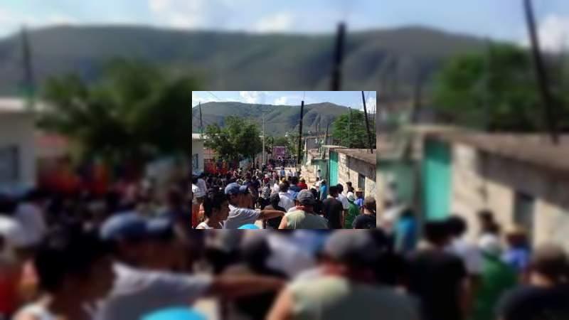 Habitantes retienen a dos policías en Churumuco, Michoacán