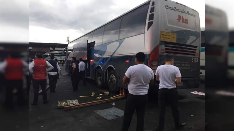 Chofer queda atrapado debajo de un autobús en Zitácuaro
