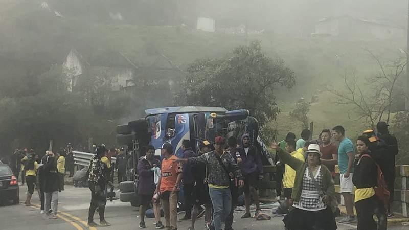 Mueren 12 aficionados del Barcelona de Ecuador en accidente de autobús
