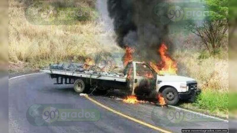 Incineran vehículos sobre la Acapulco - Zihuatanejo, en Guerrero