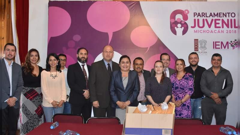 Jóvenes seleccionados interesados en derechos humanos y desarrollo social