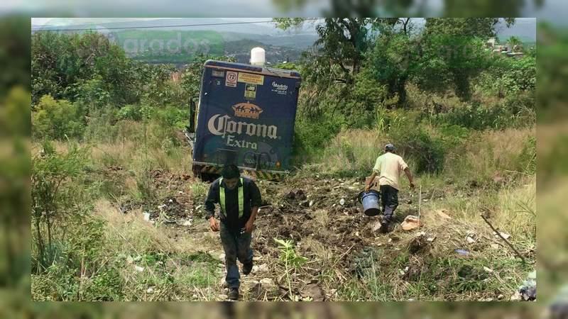 Camión cervecero se estrella contra barda en Morelia