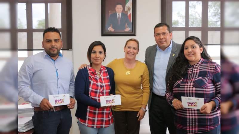 Gobierno del Estado entrega apoyos para impulsar la educación