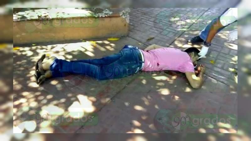 Matan a un hombre y hieren a una menor de edad en pleno centro de Zihuatanejo