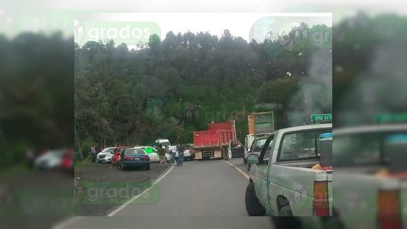 Comuneros bloquean la carretera Uruapan – Carapan
