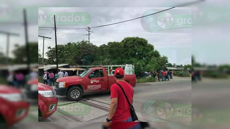 Profesores se manifiestan en Lázaro Cárdenas, Michoacán