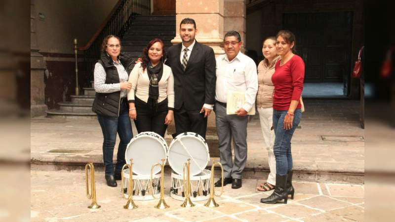 Octavio Ocampo dona banda de guerra a escuela de Jungapeo