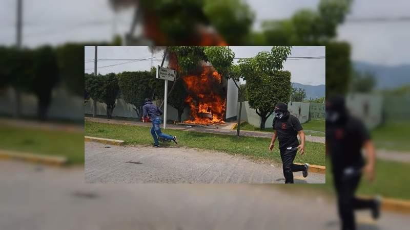 Normalistas arrojan bombas molotov a cuartel del Ejército en Iguala, Guerrero