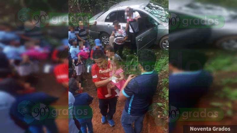Herida una familia al volcarse y caer a barranco en Zitácuaro, Michoacán