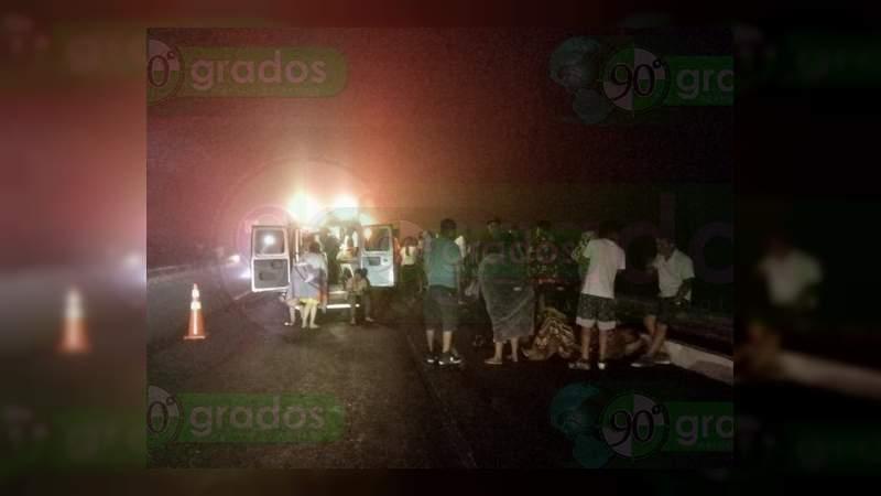 28 heridos al volcar autobús en Vista Hermosa, Michoacán
