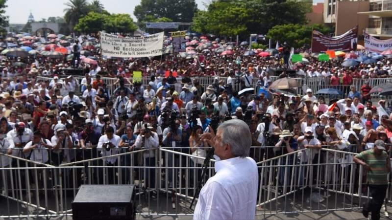 """En Tabasco, López Obrador promete """"borrón y cuenta nueva"""" a deudores de luz"""