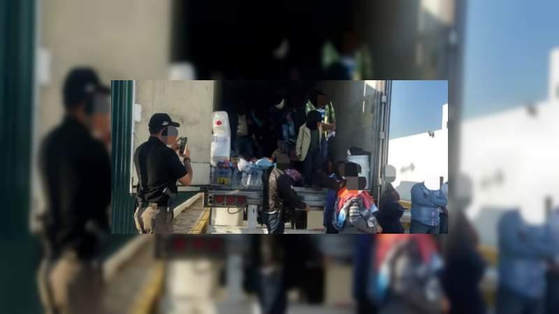 Rescatan a 123 migrantes dentro de un tráiler en Tabasco