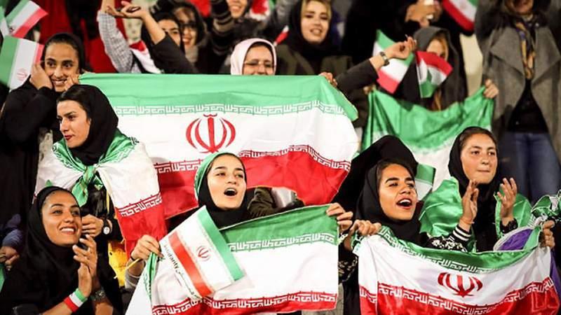 Tachan de pecadoras a mujeres iraníes por asistir a un partido de fútbol