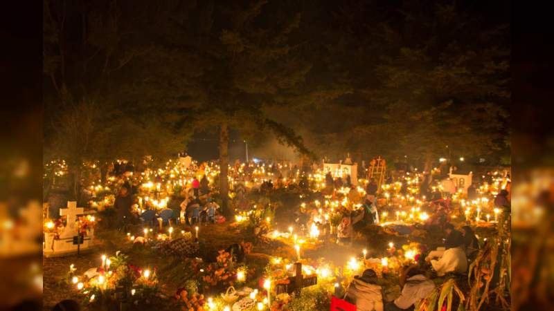 Arriban turistas nacionales y extranjeros por Noche de Muertos