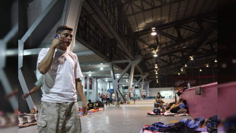 Migrantes le tiran la comida a autoridades en Guadalajara