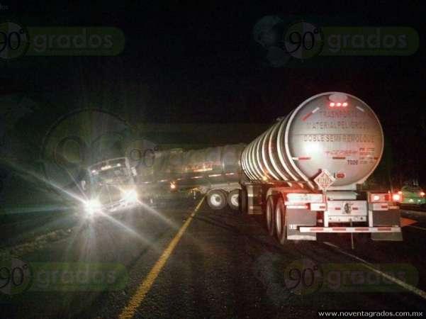 Becerro provoca múltiple accidente vial en carretera de Morelia