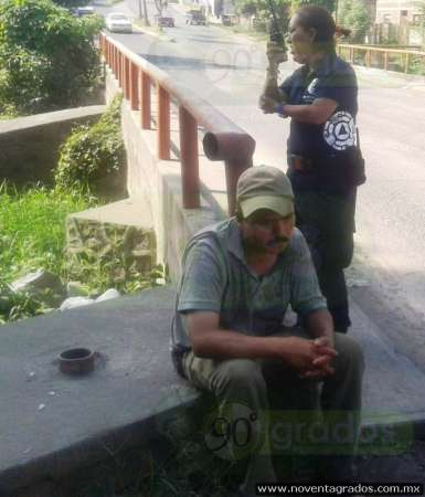 Rescatan a borracho que cayó de puente, en Apatzingán, Michoacán
