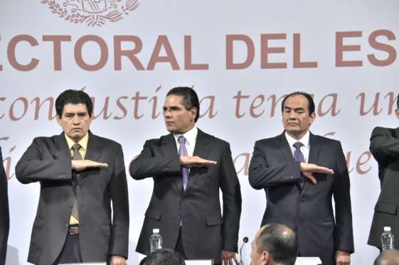 Escucha Silvano Aureoles informe del presidente del TEEM