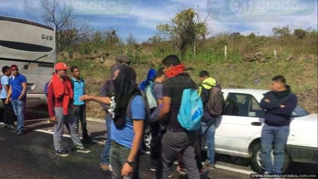 Normalistas secuestran autobuses en la Morelia - Pátzcuaro