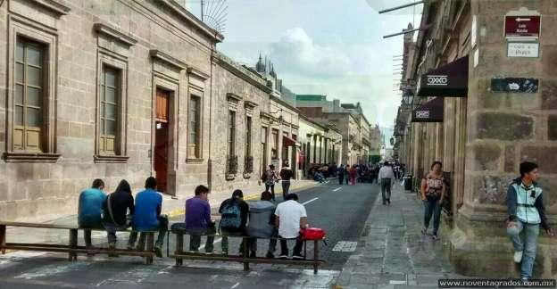 Estudiantes bloquean vialidad frente al Ayuntamiento de Morelia