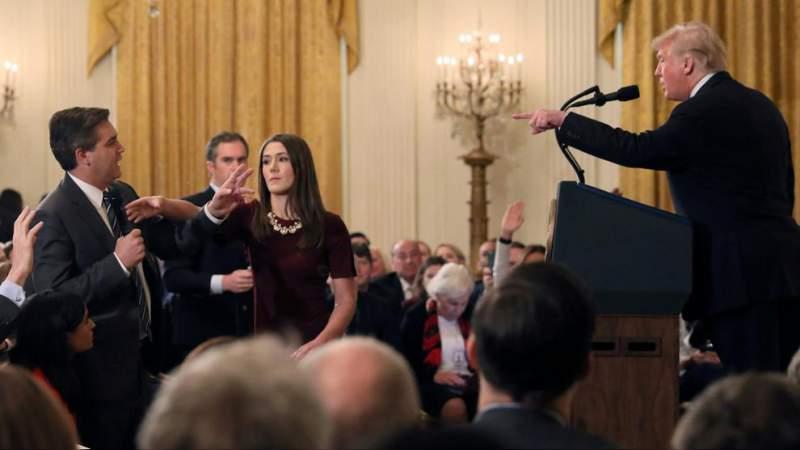 Ordenan a Trump devolver acreditación a periodista de CNN