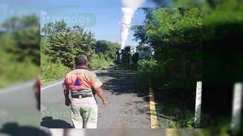 Vuelca pipa con 32 mil litros de oxígeno, en la carretera Zihuatanejo – Lázaro Cárdenas