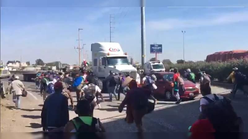 Migrantes piden aventón para llegar a Querétaro