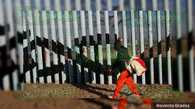Arrojan hondureños rocas contra patrullas y personas en Tijuana, Baja California