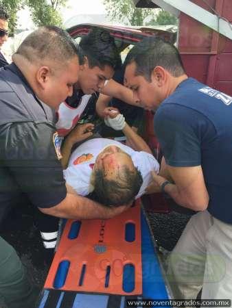 Se estrella camioneta contra camión en Zamora, Michoacán; hay dos heridos