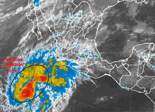 Huracán Sandra asciende a categoría 3 frente a costas de Jalisco
