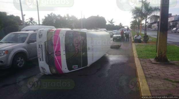 Transportistas vuelcan combi en Lázaro Cárdenas; exigen retiro de unidades irregulares