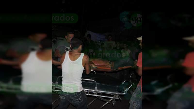 Matan a uno y hieren a otro frente a una escuela en Apatzingán