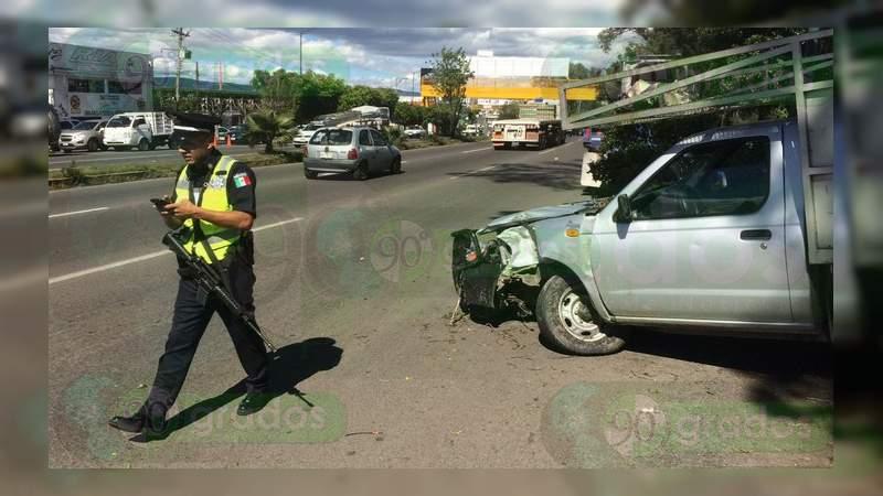 Morelia: Choca camioneta contra un árbol en la salida a Salamanca
