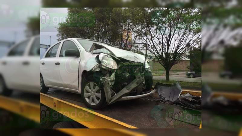 Chocan ambulancia y auto compacto en Morelia; una paciente lesionada