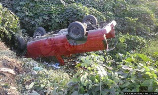 Ebrios abandonan camioneta tras volcarse en Apatzingán