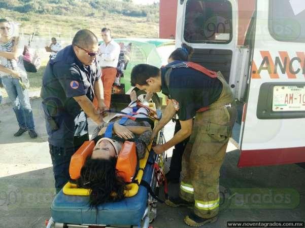 Ocho heridos tras accidentarse combi en Morelia